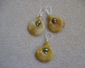 Honey jade and freshwater pearls earrings and pendant set