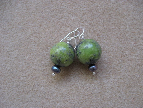 Chrysoprase and freshwater pearls earrings