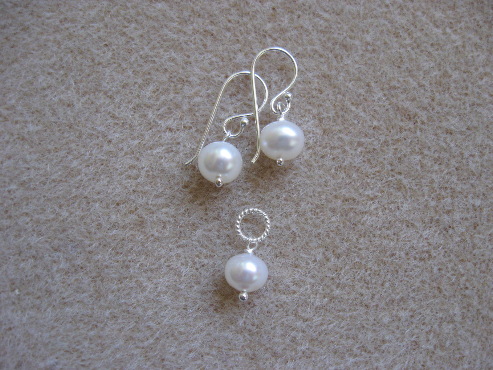 Freshwater pearls earrings and pendant set