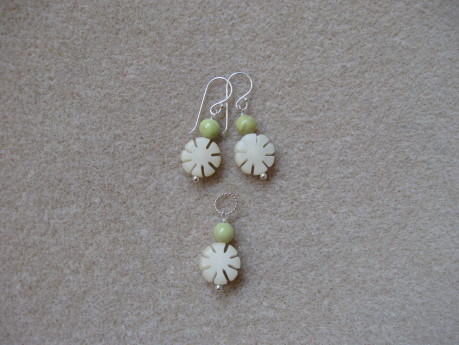 Chrysoprase and buri seeds earrings and pendant set