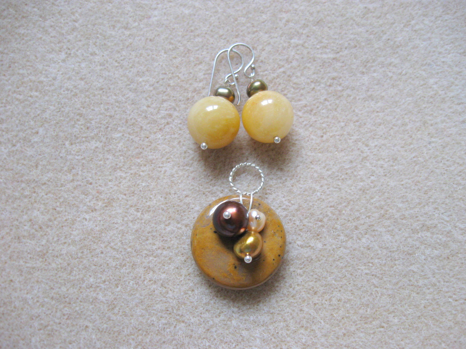 Honey jade, agate and freshwater pearls earrings and pendant set