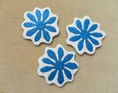 Blue and white flower magnet set