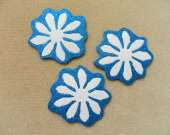 White and blue flower magnet set