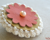 Brosa din piele naturala, cu baza crosetata din bumbac mercerizat si accesorizata cu perla de cultura